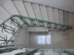 sur cette image, on remarque que les marches de l'escalier ont eu une finition par poli-brillance, et le palier une finition mat (adoucie)
