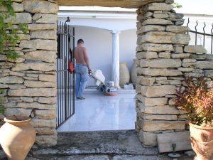 Finition en poli-brillance sur une terrasse en marbre