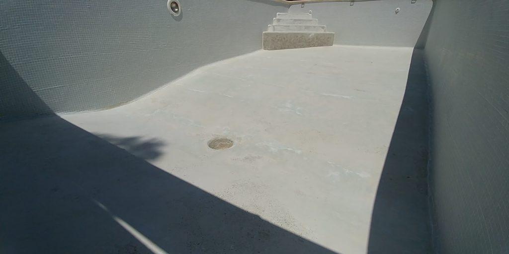 Après la restauration d'une dalle en béton dans une piscine à Saint-Saturnin