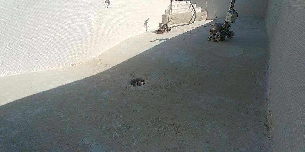 Avant la restauration d'une dalle en béton dans une piscine à Saint-Saturnin