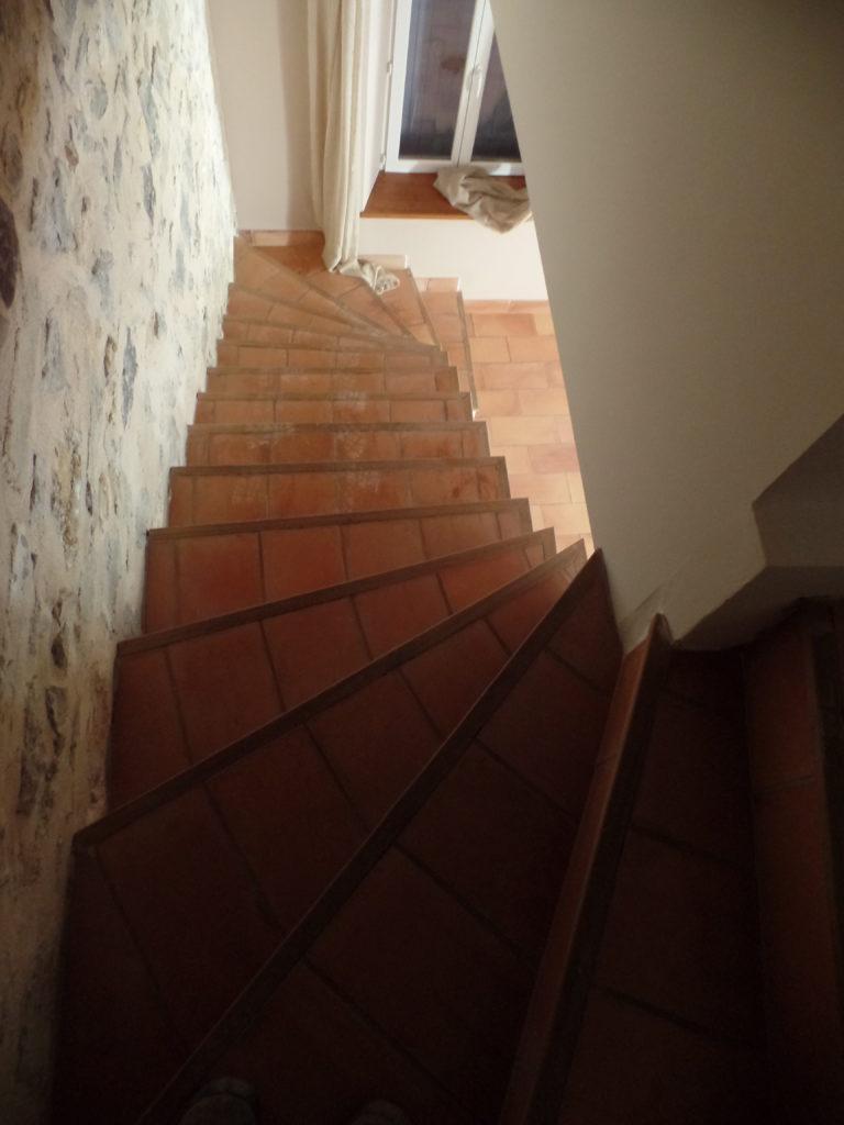 Avant la rénovation d'un escalier en terre-cuite à Arles