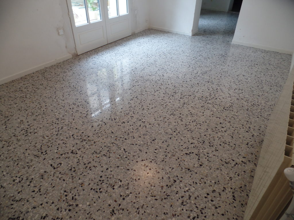Restaurer le sol en granito de la chambre avec une finition poli-brillante