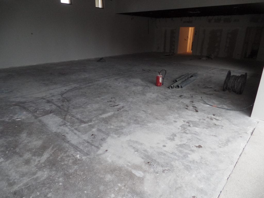 Avant la rénovation d'une dalle de béton dans une pharmacie à Lagnes