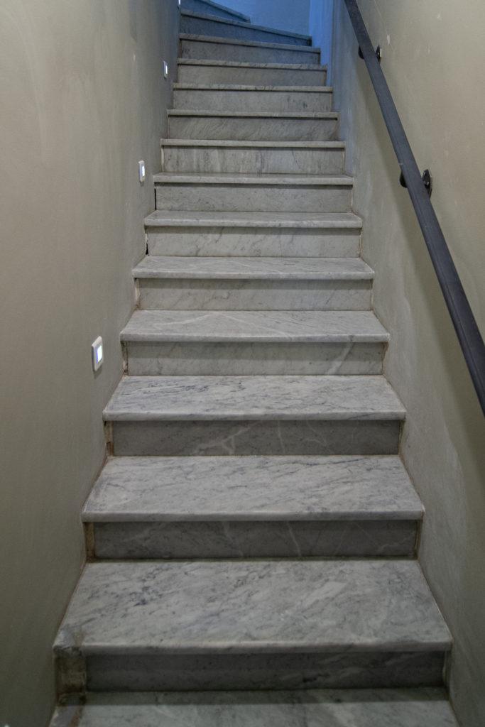 Escalier en marbre poli restauré vue de face