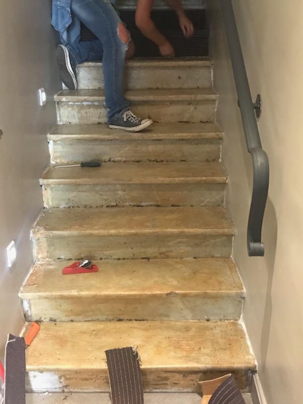 Escalier en marbre avant sa restauration